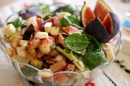 Куриный салат с моцареллой и инжиром