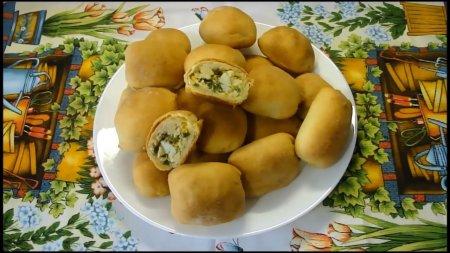 Скороспелые мини-пирожки с луком и яйцом