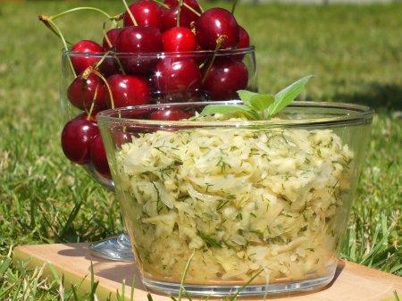 Салат с квашеной капустой и яблоками