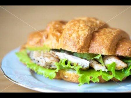 Сэндвич-круассан с курицей и брынзой