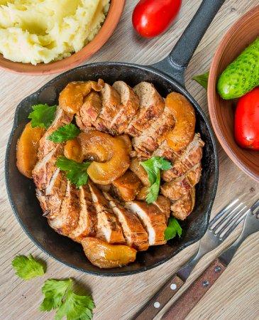 Румяная свиная вырезка с яблоками