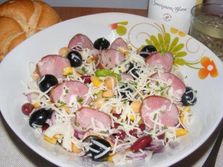 Салат с нутом, фасолью и кукурузой
