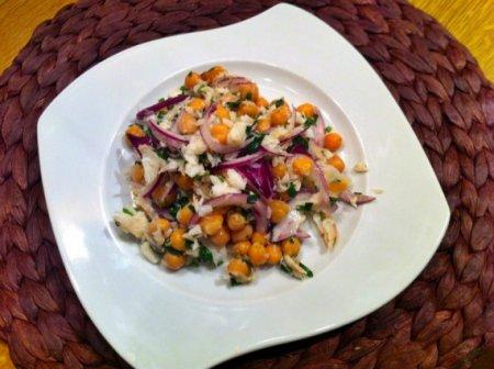 Салат из нута и копченой трески