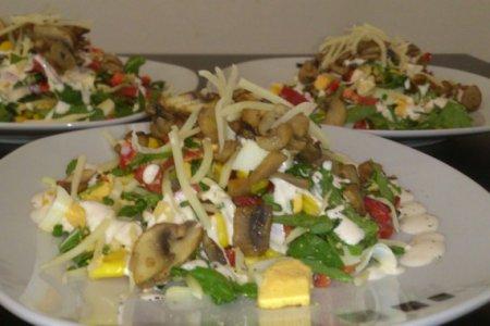 Салат с кукурузой, яйцами и грибами