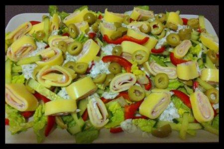 Салат с рулетиками из сыра и ветчины