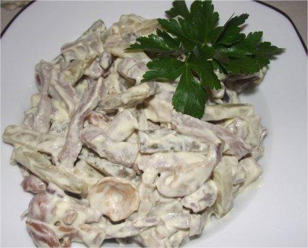 Салат с языком, грибами и солеными огурцами
