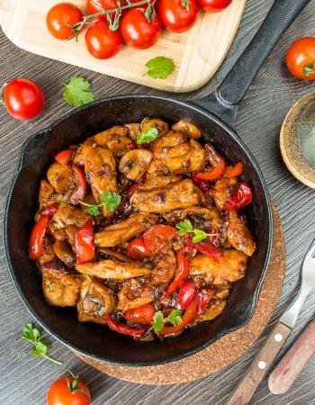 Острая курица в сковороде