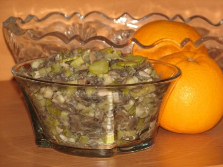 Салат из маринованных огурцов и грибов