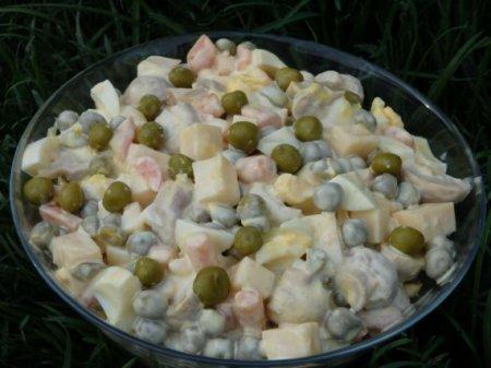 Салат с зеленым горошком и маринованными грибами