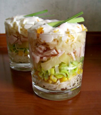 Слоеный салат с ветчиной и яйцом