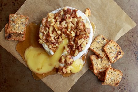 Сыр бри, запеченный с орехами и медом