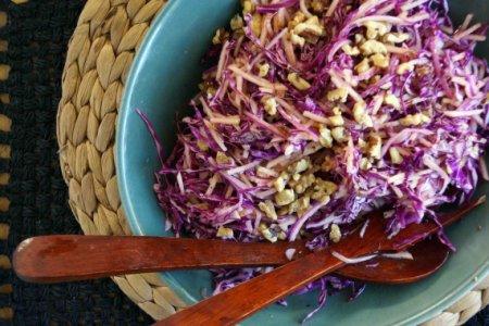 Салат из красной капусты и яблок