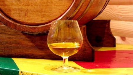 Абрикосовый бренди, выдержанный в бочке