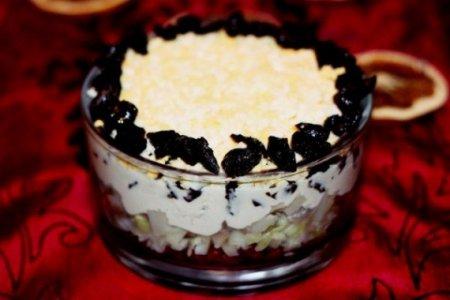 Салат с сельдью, клюквой и черносливом