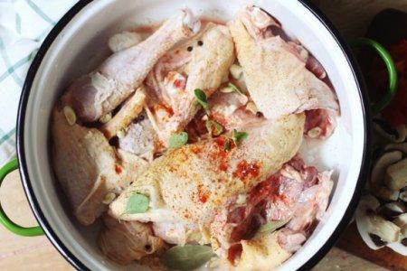 Тушеная курица с грибами и маслинами