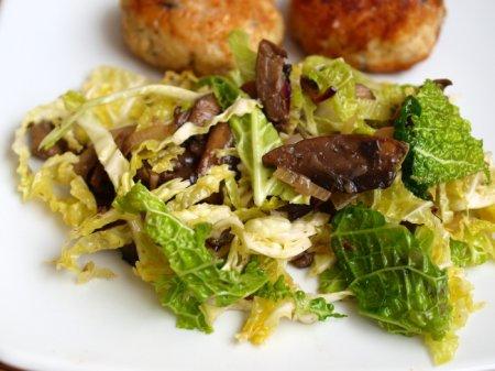 Теплый салат с савойской капустой и карамелизированными грибами