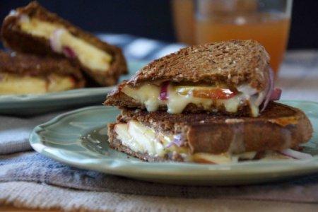 Горячий бутерброд с яблоком, луком и сыром