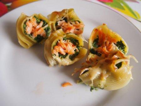 Ракушки, запеченные со шпинатом и лососем