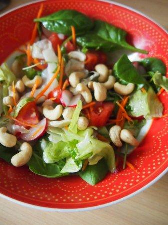 Салат с помидорами и орехами кешью