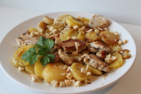 Куриное филе с картофелем, чесноком и вином