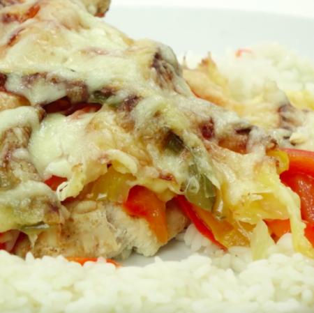 Куриное филе, запеченное с перцем и сыром