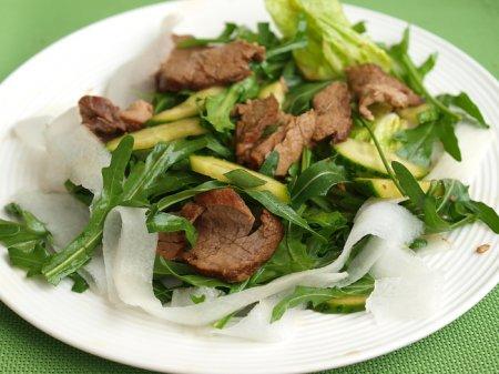 Салат с говядиной и дайконом в японском стиле