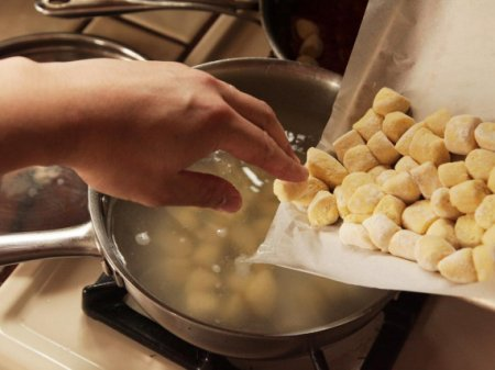 Ньокки с клубникой и сыром