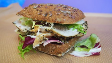 Бутерброд с сочной куриной грудкой