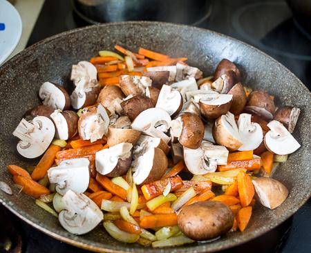 Жареные куриные сердечки с овощами