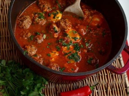 Кюфта в томатном соусе с яйцом