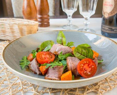 Салат с уткой и жареной тыквой