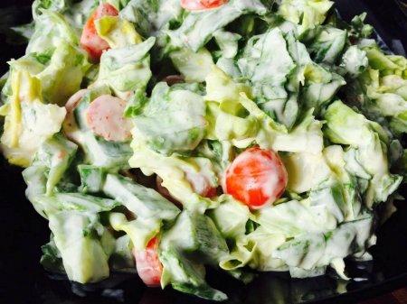 Легкий салат с заправкой из йогурта и меда