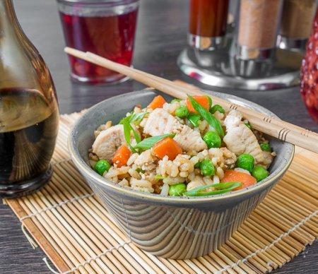 Кантонский жареный рис с курицей
