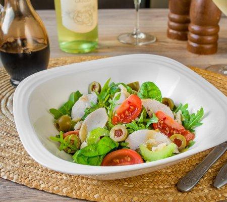Салат из печеной курицы с оливками и горчичной заправкой