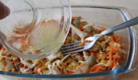 Салат с курицей, сыром и кукурузой