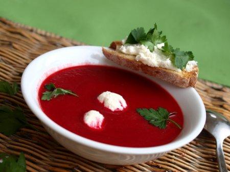 Свекольный суп-пюре с фетой и гренками