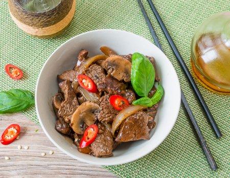 Жареная говядина в соевом соусе с грибами