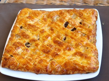Пирог с мясным фаршем и сыром