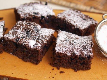 Шоколадные квадратики с черникой