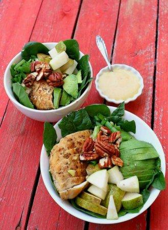 Салат с курицей, грушей и авокадо