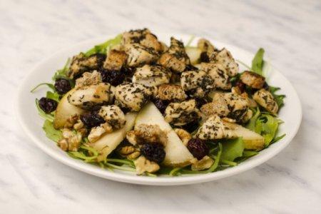 Салат с рукколой, курицей и грушей