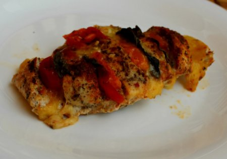 Куриная грудка с моцареллой и помидорами