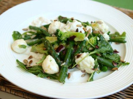 Салат из огурцов, весенних овощей, руколы и лабне