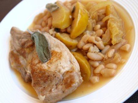 Свинина в сидре с фасолью и яблоками