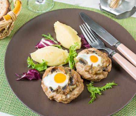 Мясные гнезда с грибами и перепелиными яйцами