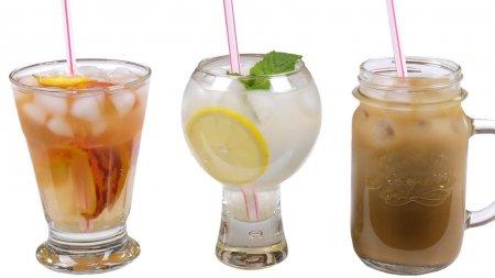 Три летних освежающих напитка: чай, лимонад, кофе