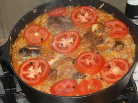 Капуста с мясом и помидором