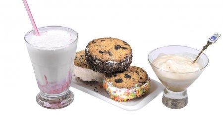Три десерта с мороженым: сэндвич, аффогато и молочный коктейль