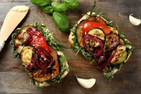 Бутерброд с печеными овощами