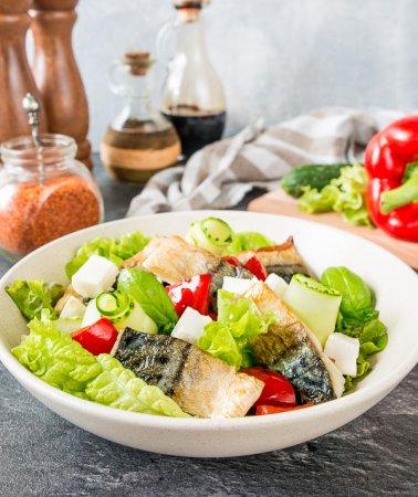 Салат с жареной скумбрией и печеным перцем
